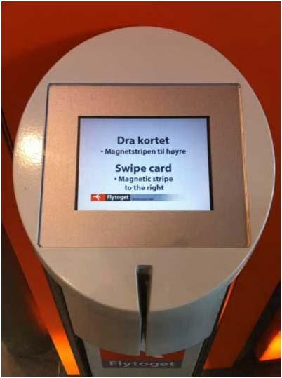 Una máquina de venta de billetes. El único elemento de interfaz es la ranura por la que pasar la tarjeta de crédito
